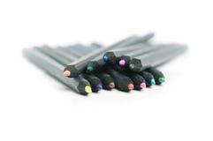 De zwarte spreidde gekleurde potloden uit Stock Foto's