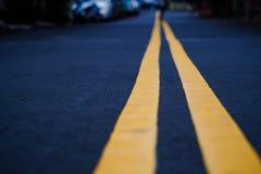 De zwarte straat met gele lijn, selectieve terug vage nadruk, royalty-vrije stock foto