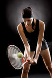 De zwarte tennisvrouw raakte bal met racket Stock Afbeelding