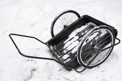 De zwarte tribunes van het goederenkarretje op witte sneeuw Royalty-vrije Stock Foto's