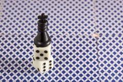 De zwarte tribunes van de schaakkoning bovenop dobbelen Stock Afbeelding