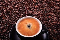 De zwarte van de de espressoclose-up van de koffiekop hete achtergrond van de meningsbonen hoogste Royalty-vrije Stock Afbeelding