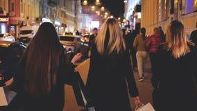 De zwarte vrijdagnacht het winkelen hobby van de vrouwenvrije tijd stock video