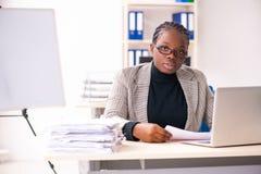 De zwarte vrouwelijke werknemer ongelukkig met het bovenmatige werk royalty-vrije stock fotografie