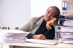 De zwarte vrouwelijke werknemer ongelukkig met het bovenmatige werk royalty-vrije stock afbeelding