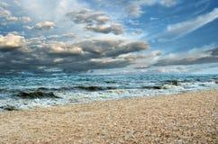 De zwarte wolken en de grote golven, stormen op zee Sterke winden tijdens een orkaan in de open zee Stock Afbeelding