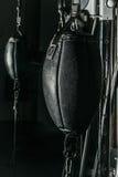 De zwarte zak van het leer in dozen doende ponsen Royalty-vrije Stock Foto