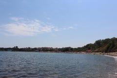 De Zwarte Zee en blauwe hemel in Bulgarije van de stad van Chernomorets Stock Afbeeldingen