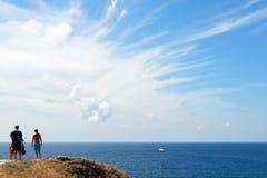 De Zwarte Zee en Wolk in de Hemel in Stad Sudak Stock Afbeeldingen