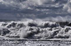 De Zwarte Zee. Onweer. Winderig weer. De golven splitst op Stock Foto's