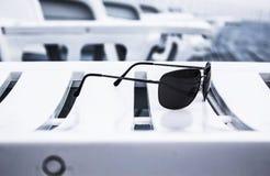 De zonnebril op sunbed Royalty-vrije Stock Fotografie