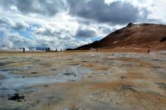 De zwavel hete geisers in Hverir in IJsland stock afbeeldingen
