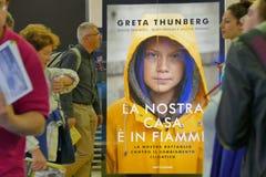 De Zweedse die klimaatactivist Greta Thunberg publiceert in Itali? het boek als ?Ons huis wordt vertaald op vlam ?is stock fotografie