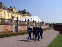 De Zweedse Koninklijke Wacht die door Royal Palace, Drottningholm marcheren stock afbeeldingen