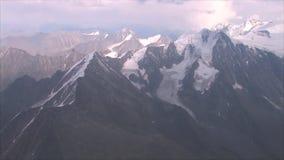 De zweefvliegtuigvliegen tussen de berg stock video