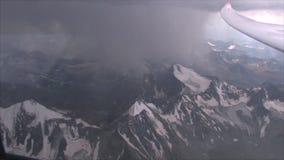 De zweefvliegtuigvliegen tussen de berg stock videobeelden