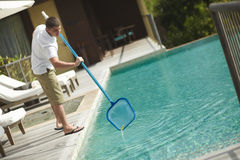 De zwembad schonere, professionele schoonmakende dienst op het werk Stock Foto's