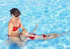De zwemmende Instructeur leert het kind zwemt. Royalty-vrije Stock Fotografie