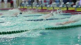 De zwemmende mensen van de stijlvlinder stock footage
