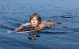 De zwemmende vrouw Royalty-vrije Stock Afbeeldingen