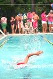 De Zwemmer van het kind bereikt Ver Eind van Pool binnen zwemt samenkomt Royalty-vrije Stock Fotografie