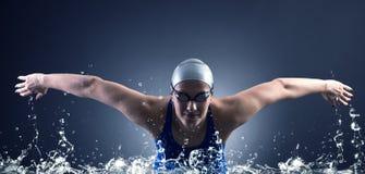 De zwemmer zwemt. Stock Afbeeldingen