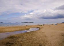 De zwemmers bij het Oosten lopen Portrush vast Stock Afbeeldingen