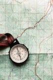 De zwerflust en onderzoekt concept, oud kompas die op kaart, bovenkant vi liggen stock foto's
