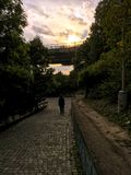 De zwerver van Praag bij zonsondergang Stock Foto's