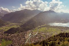 De Zwitserse Alpen lauterbrunnen dorpslandweg stock foto's