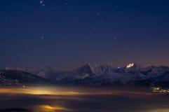 De Zwitserse alpen met licht tonen Stock Foto
