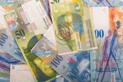 de Zwitserse bankbiljetten van 100 en 50 CHF Stock Foto