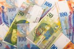 de Zwitserse bankbiljetten van 100 en 50 CHF Stock Foto's