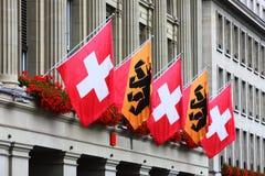 De Zwitserse vlaggen en dragen vlaggen Stock Foto