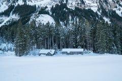 De Zwitserse Winter - Schuur onder berg stock afbeeldingen