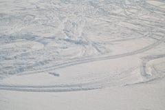 De Zwitserse Winter - Skisporen in sneeuw royalty-vrije stock foto
