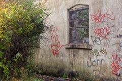 Deacying-Wand mit Graffiti lizenzfreie stockfotografie