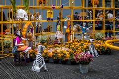 Dead Dia de los Muertos Decoration -墨西哥城,墨西哥的天 图库摄影