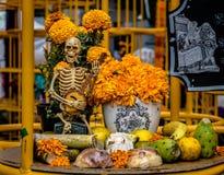 Dead Dia de los Muertos Decoration -墨西哥城,墨西哥的天 库存照片