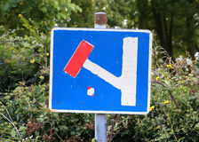 Dead End Sign by a hedge Royalty Free Stock Photography
