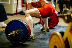 Deadlift do exercício do powerlifter do atleta imagem de stock royalty free