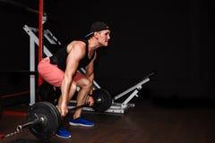 Deadlift Sportar Man lyftande skivstångrad på idrottshallen royaltyfria foton