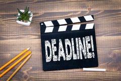 deadline válvula do filme em uma mesa de madeira imagem de stock royalty free