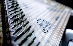 Deail van kanun, een Turks klassiek die muziekinstrument op overlappingen wordt gespeeld Royalty-vrije Stock Afbeelding