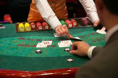 Free Dealer Puts Down A Card On Blackjack Table Stock Photos - 112354993