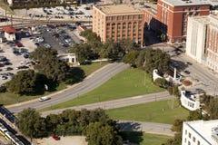 Dealeyplein en het vroegere Texas School Book Depository-gebouw stock foto's