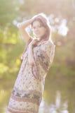 Deaming sinnlig romantisk flicka utomhus Fotografering för Bildbyråer