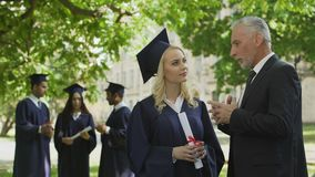Dean που μιλά με το όμορφο διαβαθμισμένο θηλυκό κοντά στην ακαδημία, τη σταδιοδρομία και το μέλλον απόθεμα βίντεο