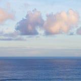 与deap蓝色海洋的海景浇灌在日出 免版税图库摄影