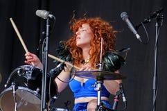 Deap Vally (带)的红头发人妇女鼓手,执行在小谎(Festival Internacional de Benicassim) 2013年节日 免版税库存照片